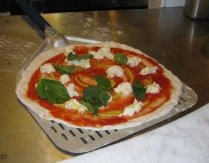 fische Pizza auf dem Pizzaschieber
